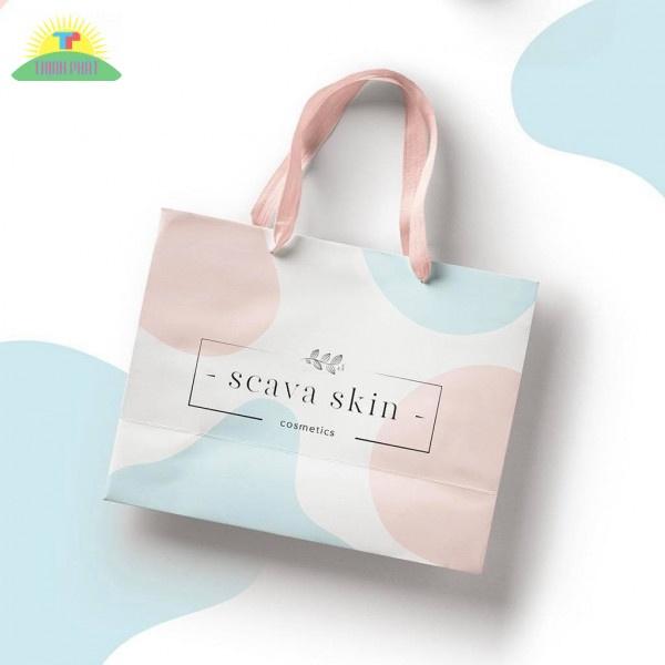 Túi giấy đựng mỹ phẩm được làm từ chất liệu chắc chắn, màu sắc nổi bật
